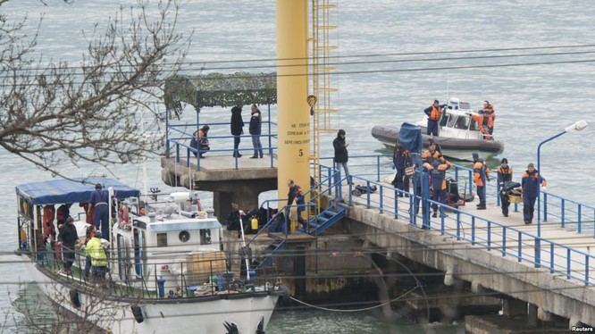 Đưa thi thể các nạn nhân tìm thấy lên bờ.