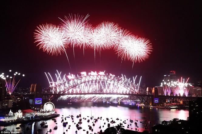 Toàn cảnh thế giới đón năm mới 2017 với không khí tươi vui và pháo hoa rực rỡ ảnh 5