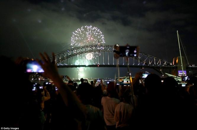 Toàn cảnh thế giới đón năm mới 2017 với không khí tươi vui và pháo hoa rực rỡ ảnh 10