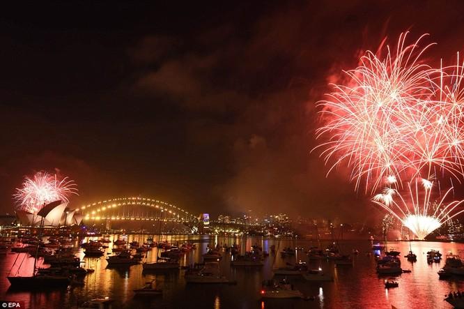 Toàn cảnh thế giới đón năm mới 2017 với không khí tươi vui và pháo hoa rực rỡ ảnh 11