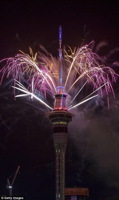 Video: Pháo hoa đón chào năm mới 2017 ở bắn từ tháp Sky Tower ở New Zealand ảnh 2
