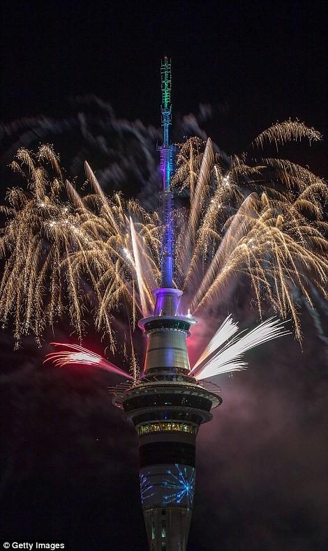 Video: Pháo hoa đón chào năm mới 2017 ở bắn từ tháp Sky Tower ở New Zealand ảnh 1