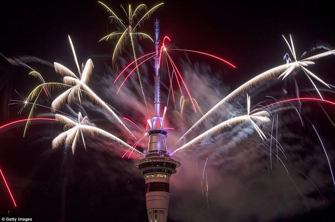 Video: Pháo hoa đón chào năm mới 2017 ở bắn từ tháp Sky Tower ở New Zealand ảnh 3