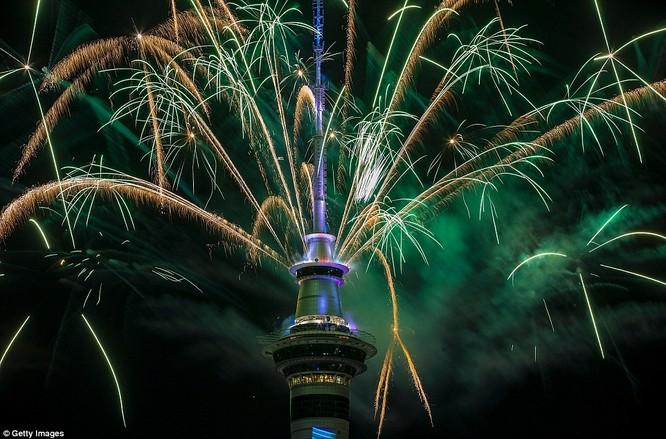 Video: Pháo hoa đón chào năm mới 2017 ở bắn từ tháp Sky Tower ở New Zealand ảnh 4