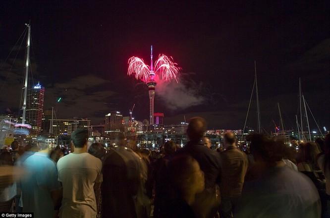 Video: Pháo hoa đón chào năm mới 2017 ở bắn từ tháp Sky Tower ở New Zealand ảnh 6