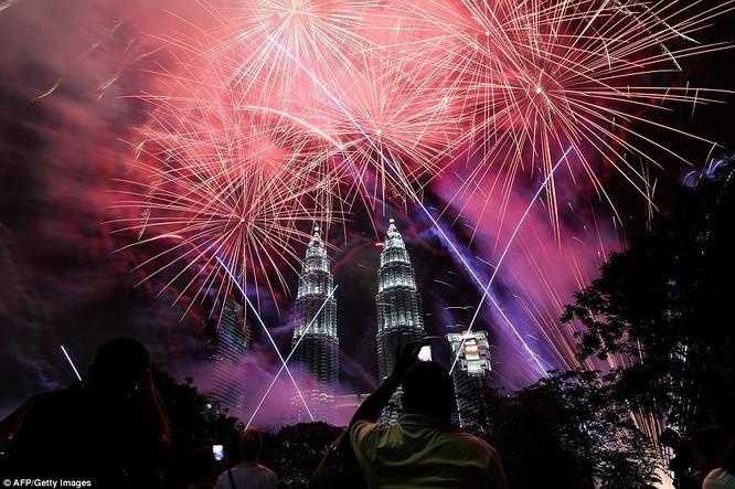 Toàn cảnh thế giới đón năm mới 2017 với không khí tươi vui và pháo hoa rực rỡ ảnh 24