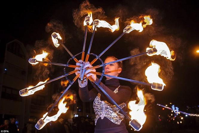 Toàn cảnh thế giới đón năm mới 2017 với không khí tươi vui và pháo hoa rực rỡ ảnh 21