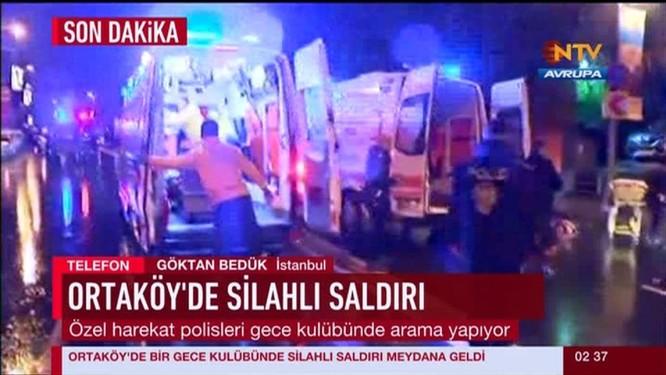 Xe cứu thương Thổ Nhĩ Kỳ làm việc bên ngoài câu lạc bộ bị tấn công