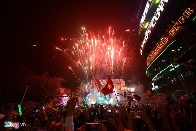 Sân khấu countdown tổ chức bên hồ Gươm bùng nổ đón chào 2017