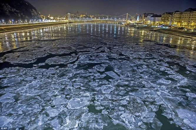 Sông Danube ở Budapest, Hungary sắp đóng băng toàn bộ