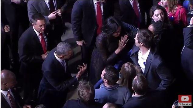 Bà Michelle cũng đi bắt tay và ôm hôn từng người.