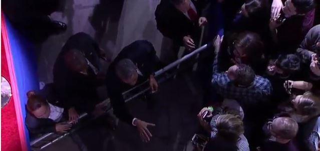 Tổng thống Obama đọc diễn văn từ biệt nhiều cảm xúc, đi bắt tay từng người - Toàn cảnh ảnh 6