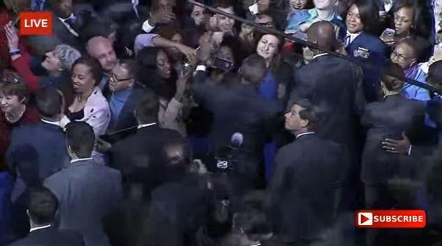 Tổng thống Obama đọc diễn văn từ biệt nhiều cảm xúc, đi bắt tay từng người - Toàn cảnh ảnh 8