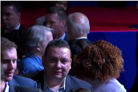 Phó tổng thống Biden tranh thủ chụp ảnh, chia tay mọi người và sau đó cũng tiến vào sau sân khấu. Buổi diễn văn từ biệt của ông Obama đã kết thúc.