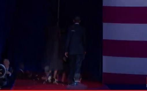 Hai vợ chồng Tổng thống Mỹ bước vào sau khán đài