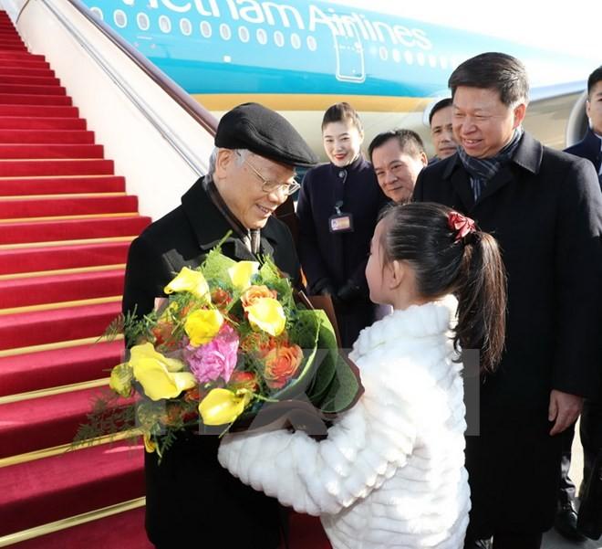 Thiếu nhi Trung Quốc tặng hoa chào đón Tổng Bí thư Nguyễn Phú Trọng tại Sân bay Quốc tế Bắc Kinh. (Ảnh: Trí Dũng/TTXVN)