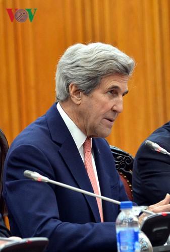 Ngoại trưởng John Kerry ghi nhận quan hệ hai nước trong 20 năm qua đã phát triển hết sức tốt đẹp trên nhiều lĩnh vực; tái khẳng định cam kết của Mỹ về việc tôn trọng thể chế chính trị, độc lập, chủ quyền và toàn vẹn lãnh thổ của Việt Nam.