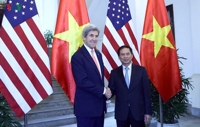 Trước đó sáng nay, thừa ủy quyền của Phó Thủ tướng, Bộ trưởng Ngoại giao Phạm Bình Minh, Thứ trưởng thường trực Bộ Ngoại giao Bùi Thanh Sơn đã đón và có cuộc gặp với Ngoại trưởngJohn Kerry.