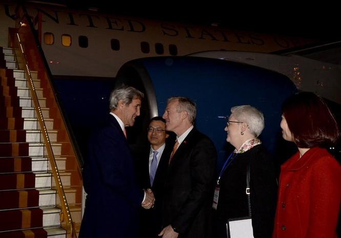 Ngài Ted Osius, Đại sứ Mỹ tại Việt Nam đã có mặt tại sân bay để chào đón Ngoại trưởng John Kerry. Ảnh: Facebook Đại sứ Ted Osius