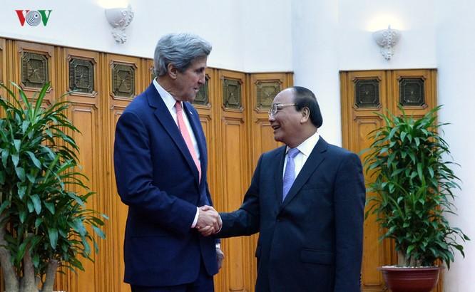 Thủ tướng Chính phủ Nguyễn Xuân Phúc hoan nghênh chuyến thăm của Ngoại trưởng John Kerry, bày tỏ hài lòng về sự phát triển tốt đẹp trên nhiều mặt của quan hệ Việt Nam - Mỹ.