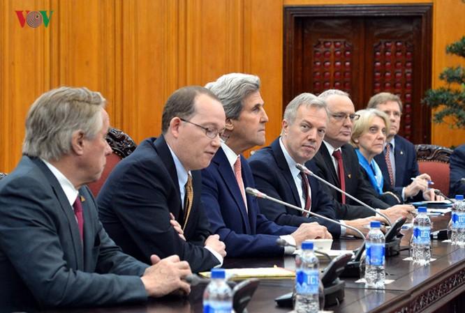 Ngoại trưởng Kerry cũng cho rằng quan hệ Việt Nam - Mỹ là hình mẫu về việc hai nước cựu thù vượt qua quá khứ để xây dựng quan hệ bạn bè, đối tác