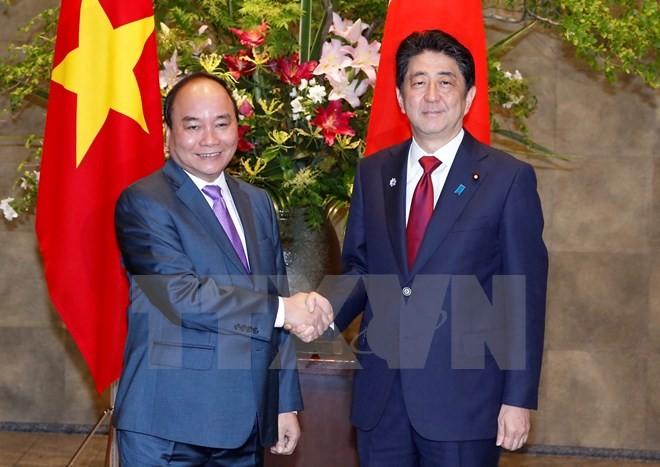 Thủ tướng Nhật Bản Shinzo Abe đón Thủ tướng Nguyễn Xuân Phúc trong chuyến thăm Nhật Bản, tháng 5/2016. (Ảnh: Thống Nhất/TTXVN)
