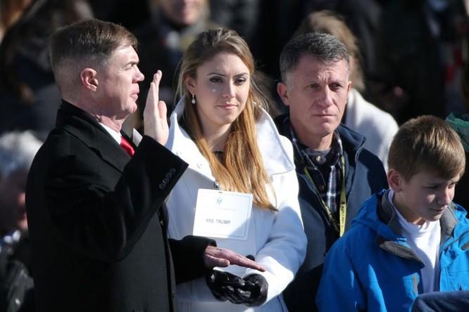 Quân nhân Gregory Lowery vào vai Tổng thống đắc cử Donald Trump, và Sara Corry vào vai Melania Trump, luyện tập phần lễ nhậm chức tại Quốc hội Mỹ ở Washington.