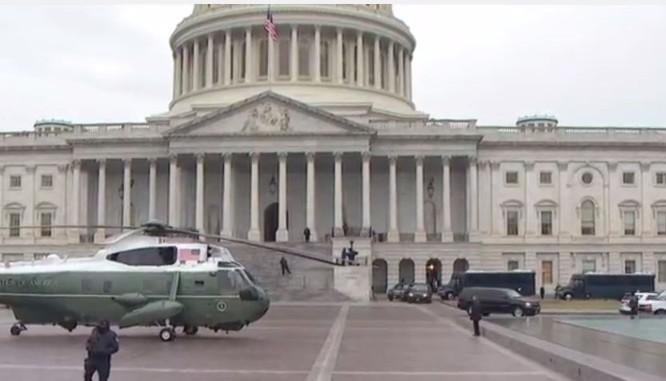 Trước của Nhà Trắng một chiếc trực thăng chuyên dụng dành cho Tổng thống đang chờ đậu sẵn.