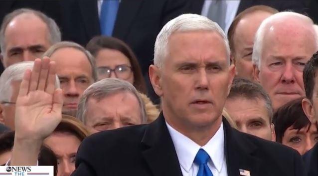 Phó tướng Mike Pence tuyên thề theo kinh Thánh