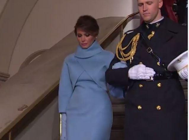 Vợ ông Trump được cảnh binh đỡ, dẫn ra lễ đài
