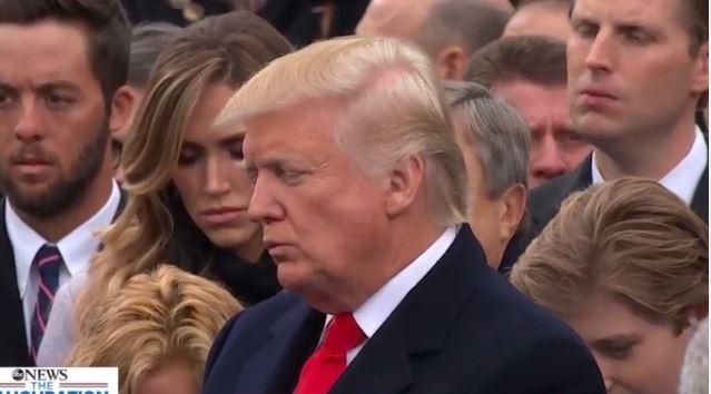 Ông Trump đang chăm chú lắng nghe những người điều hành, thực hiện các thủ tục theo quy định