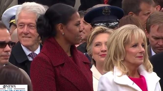 Khi vợ ông Obama xuất hiện bà Clinton đã nở nụ cười rất tươi bên cạnh chồng và gia đình nhà cựu Tổng thống Bush (Bush con).