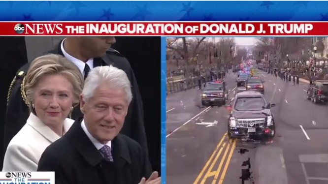 Nụ cười đầu tiên của bà Hillary Clinton kể từ lúc xuất hiện ở Nhà Trắng và sau khi lên lễ đài.