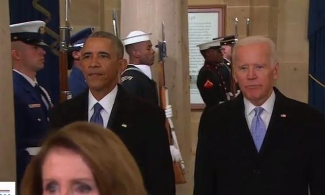 Tổng thống và Phó tổng thống sắp mãn nhiệm bắt đầu ra lễ đài