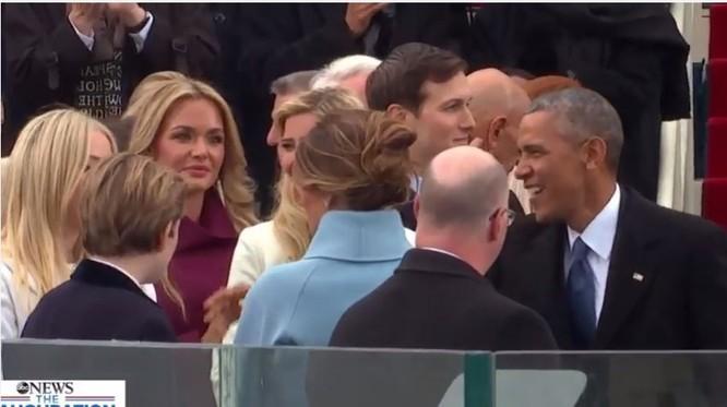 Ông Obama ra lễ đài, đi bắt tay, chào các quan khách trong đó có gia đình bà Hillary Clinton.