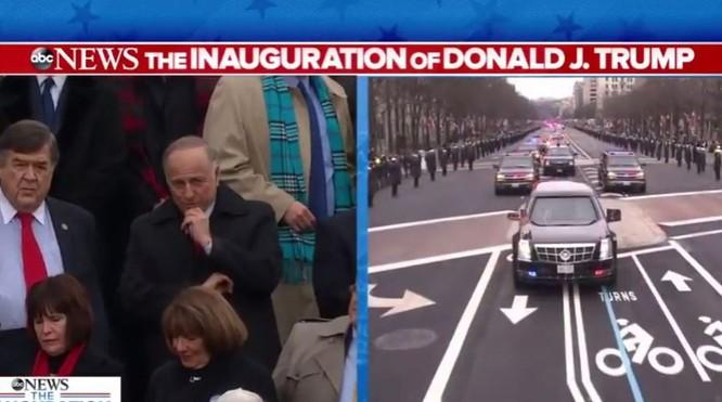 Đoàn ô tô hộ tống ông Obama và ông Donald Trump tiến về phía Đồi Capitol.