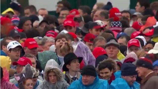 Những người ủng hộ ông Trump đang phải đội mưa đón chờ giờ phút trọng đại đối với người họ đã tin tưởng trao phiếu bầu lựa chọn.