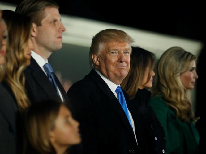 Báo The Independent.co.uk của Anh dẫn báo cáo của New York Times cho biết các nhân viên mật vụ của Mỹ đã yêu cầu ông Trump nộp lại điện thoại di động ngay trước lễ nhậm chức, lý do được thông báo là để đảm bảo an ninh, điện thoại của ông Trump là loại gì không được tiết lộ, chỉ biết rằng trước đó thiết bị này đã được các nhân viên an ninh đảm bảo cho ông Trump chấp nhận.