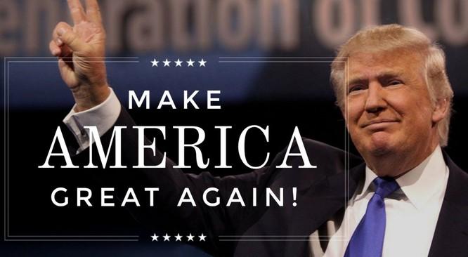 """Ông Trump với khẩu hiệu """"Làm cho nước Mỹ vĩ đại trở lại""""."""
