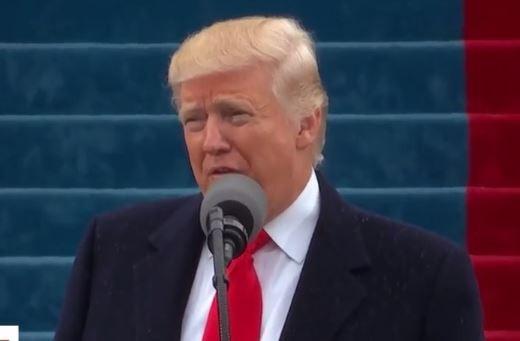 Trong lúc phát biểu ông Trump nhấn mạnh rằng nước Mỹ phải được kiểm soát bởi người dân Mỹ chứ không phải chính quyền. Tuyên bố của tân Tổng thống Mỹ nhận được các tràng vỗ tay tán dương từ hàng chục ngàn người phía dưới.