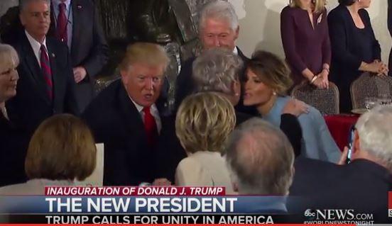 Ông Trump bắt tay đối thủ cũ Hillary Clinton trong tòa nhà ở Đồi Capitol sau lễ nhậm chức.