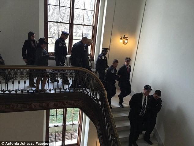 Video: Cựu binh Mỹ tràn vào phòng TNS McCain để phản đối bổ nhiệm ông Tillerson ảnh 3