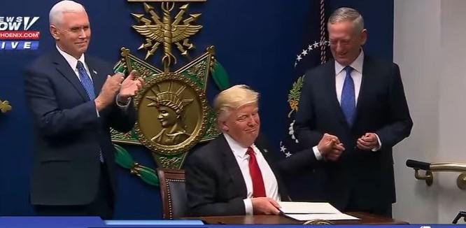VIDEO: Ông Trump đến Lầu Năm Góc, gặp Bộ trưởng Quốc phòng James Mattis ảnh 1