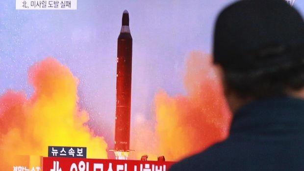 Bắc Triều Tiên công khai loại tên lửa đạn đạo Pukguksong-2 vừa bắn thử ảnh 1