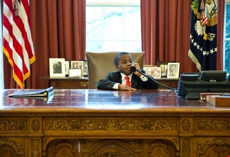 Cậu bé Robby Novak ngồi vào bàn của tổng thống Mỹ và nghe điện thoại trong chuyến thăm Nhà Trắng năm 2013, dưới thời chính quyền ông Obama. Ảnh: WHITE HOUSE