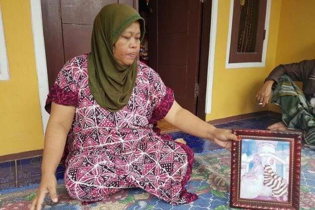 Mẹ đẻ của Siti tiếp xúc với báo giới. (Nguồn: The Star)