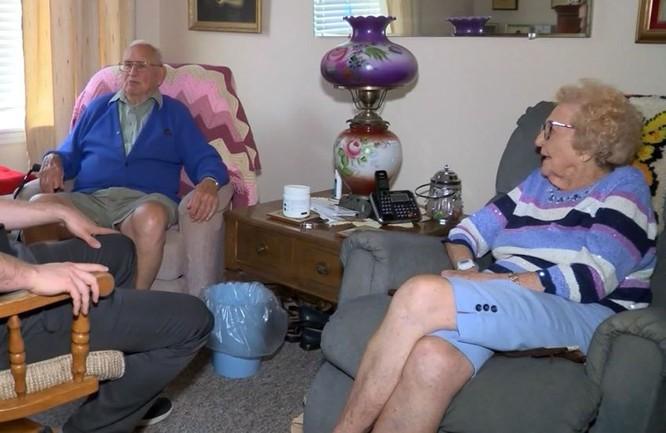Hai cụ cùng nhau dạo chơi bằng xe điện trong viện dưỡng lão và dành thời gian trò chuyện, ở bên nhau mỗi ngày.