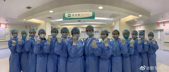 31 nữ y tá thành phố Vũ Hán hy sinh mái tóc dài của mình để chăm sóc bệnh nhân mắc virus Corona ảnh 6