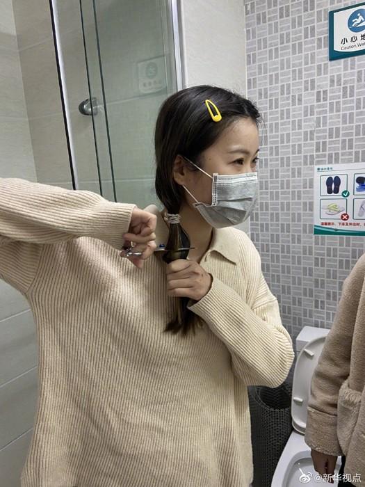 31 nữ y tá thành phố Vũ Hán hy sinh mái tóc dài của mình để chăm sóc bệnh nhân mắc virus Corona ảnh 2