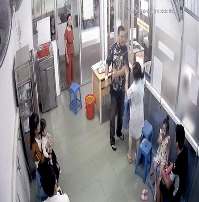 Vụ người nhà bệnh nhân đánh nữ điều dưỡng: Đề nghị khởi tố về tội hành hung nhân viên y tế trong khi đang làm nhiệm vụ ảnh 1